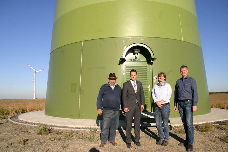 Vor unserer Windkraftanlage: R. Martin, M. Häfner, G. Schmidtmann, A. Fischer, v. l.